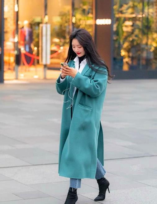 街拍时尚美女,冬日街头风采依旧,气质可人搭配完美