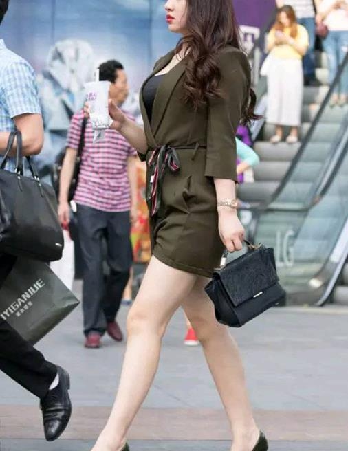 美女的职业装风采斐然,高跟鞋带来成熟的气质与庄重的美感