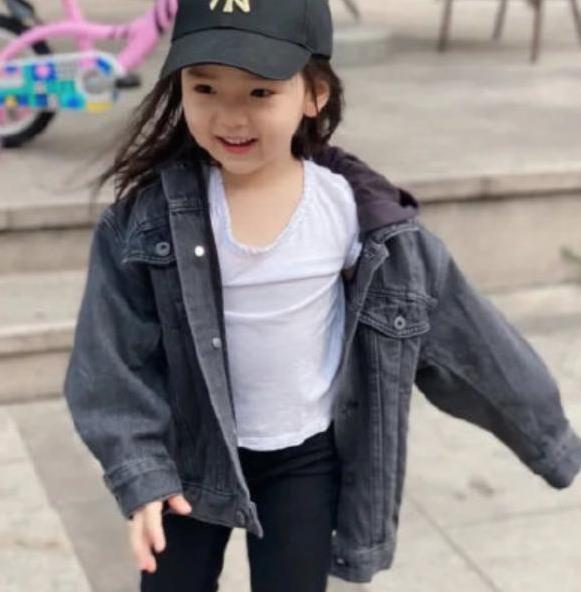 小酒窝不愧是董璇的女儿,穿牛仔外套内搭白T恤,都遗传了好基因