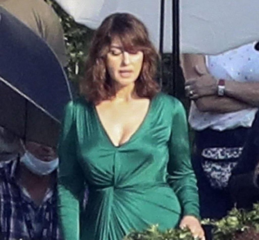 莫妮卡·贝鲁奇穿绿色长裙太有大牌气质,展现不老风采,气质真好