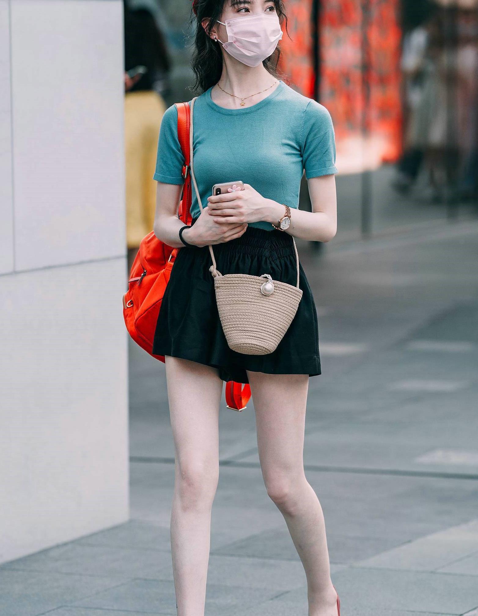 小姐姐斜挎一个精致的编织单肩包,凸显了小女生清新可人的气质