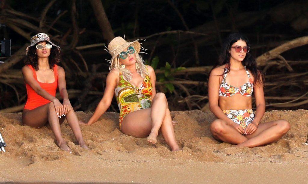 歌手凯蒂·佩里穿着黄色连体泳衣在夏威夷海滩度假