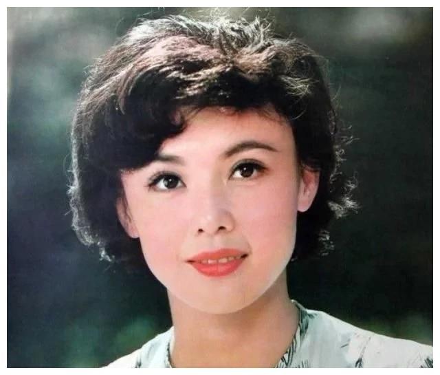 她是中国八十年代的影坛美人,也是吻戏鼻祖,荧幕一吻轰动全国