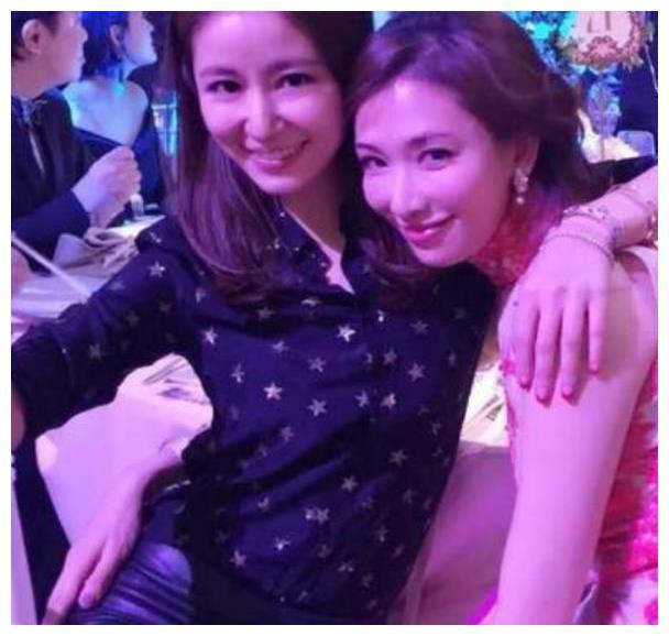 不是林心如显老,是林志玲确实很会装嫩,时刻保持18岁少女感!