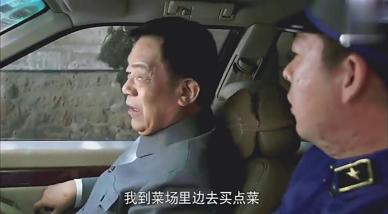 剧中:城管小伙打老头,没想到是首长