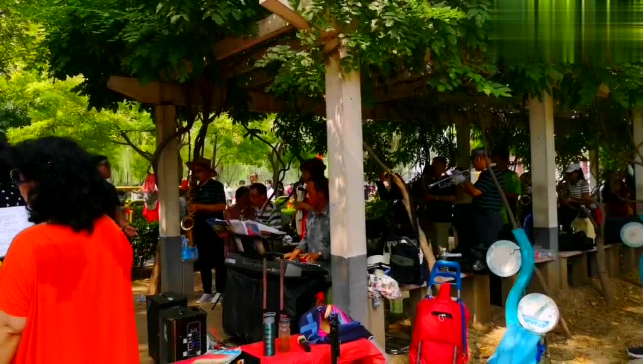 在北京莲花池公园,红黄蓝合唱团演唱歌曲《我爱这蓝色的海洋》。