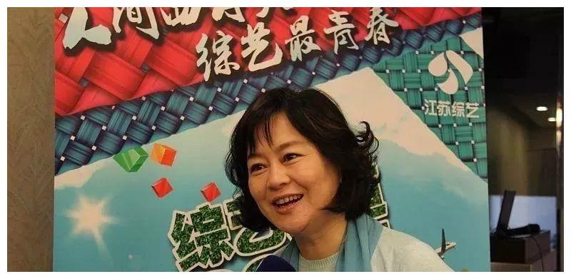 《大风车》著名主持人董浩近照:63岁坐在老家吃面,看着令人心酸
