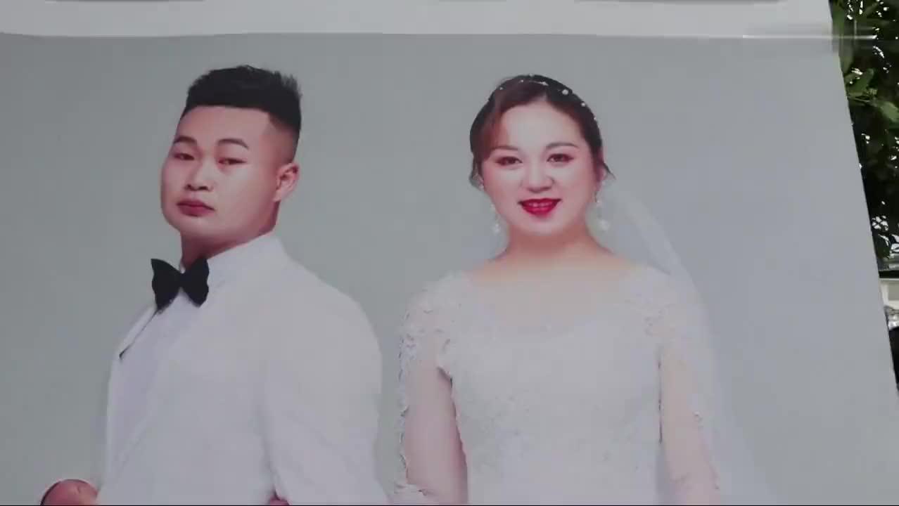 贵州一小伙迎亲,带着新娘走路到家了,肤白貌美,嫁妆陪嫁一大堆
