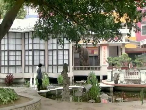 小陈打听到剧团领导正在北京烤鸭店吃饭,赶来了
