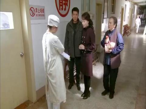 李立勋对护士说他是瓜瓜父亲,给躲在楼梯口的杜晓红偷听到