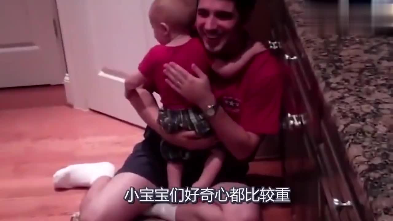 看到宝宝吃手指,爸爸也跟着吃起来,真是不能让男人带孩子