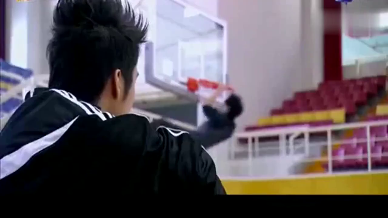 篮球火无极尊轻易使出东方翔的绝招,东方翔被撞到在地