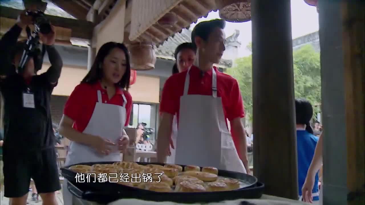 汪涵烤好月饼,何炅叫谢娜吃,赵丽颖甩过一记眼神杀,太可爱了!