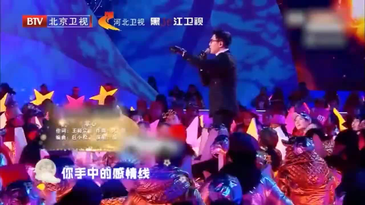 品冠人群中献唱《掌心》,现场气氛热烈,观众沸腾不止