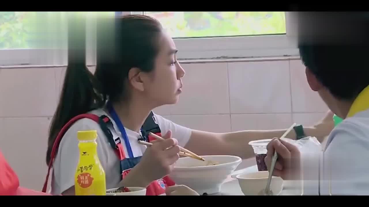 饭堂吃饭,Ella超关心鹿晗:你想吃干拌炸酱面吗?我给你买!