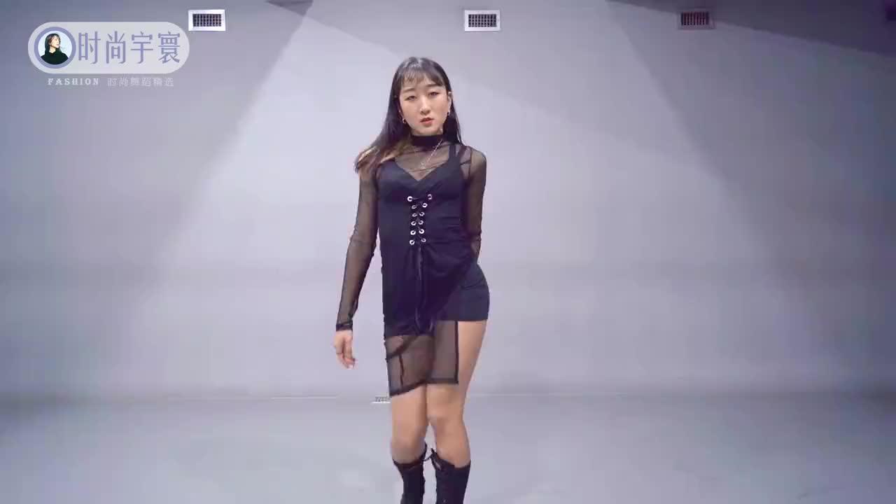 长腿迷人的美女舞蹈《Toxic》,舞步轻快活泼,美美哒
