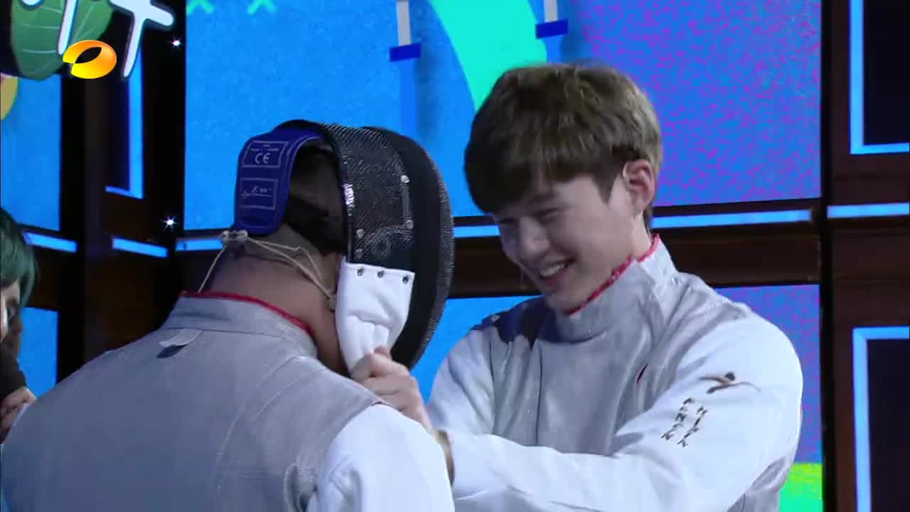 王一博真是暖男,帮助董力摘除岳云鹏的面罩,汪涵:干得不错!
