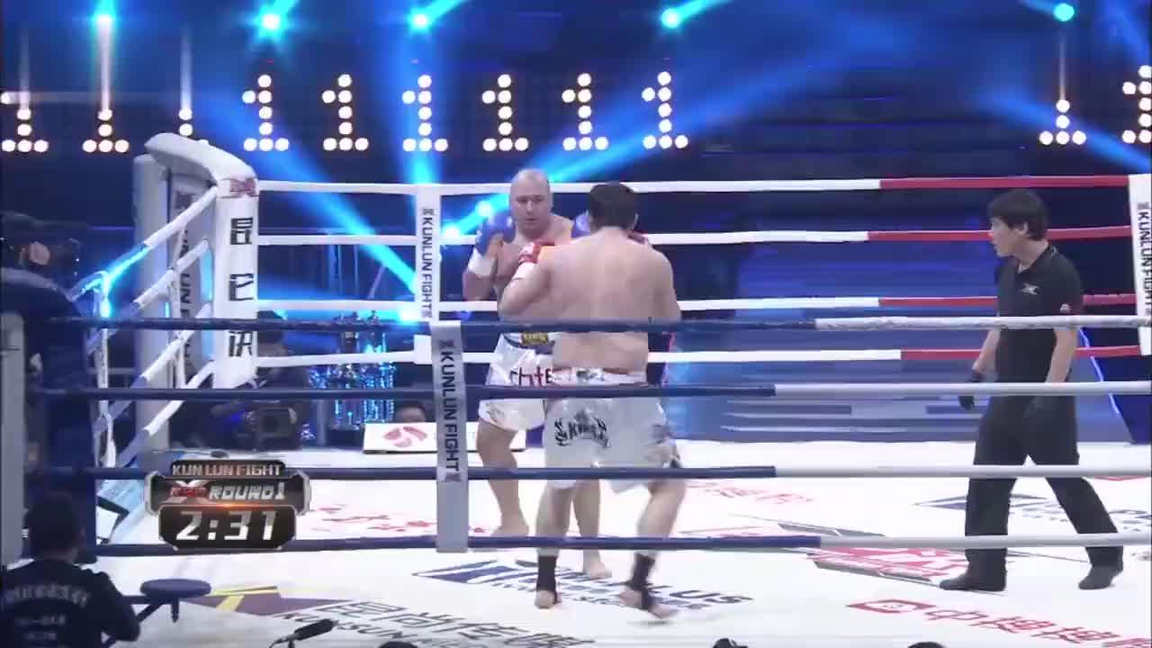 中日胖子打架顶肚皮扛膀子,中国名将一拳重击打翻肚日本光头拳王