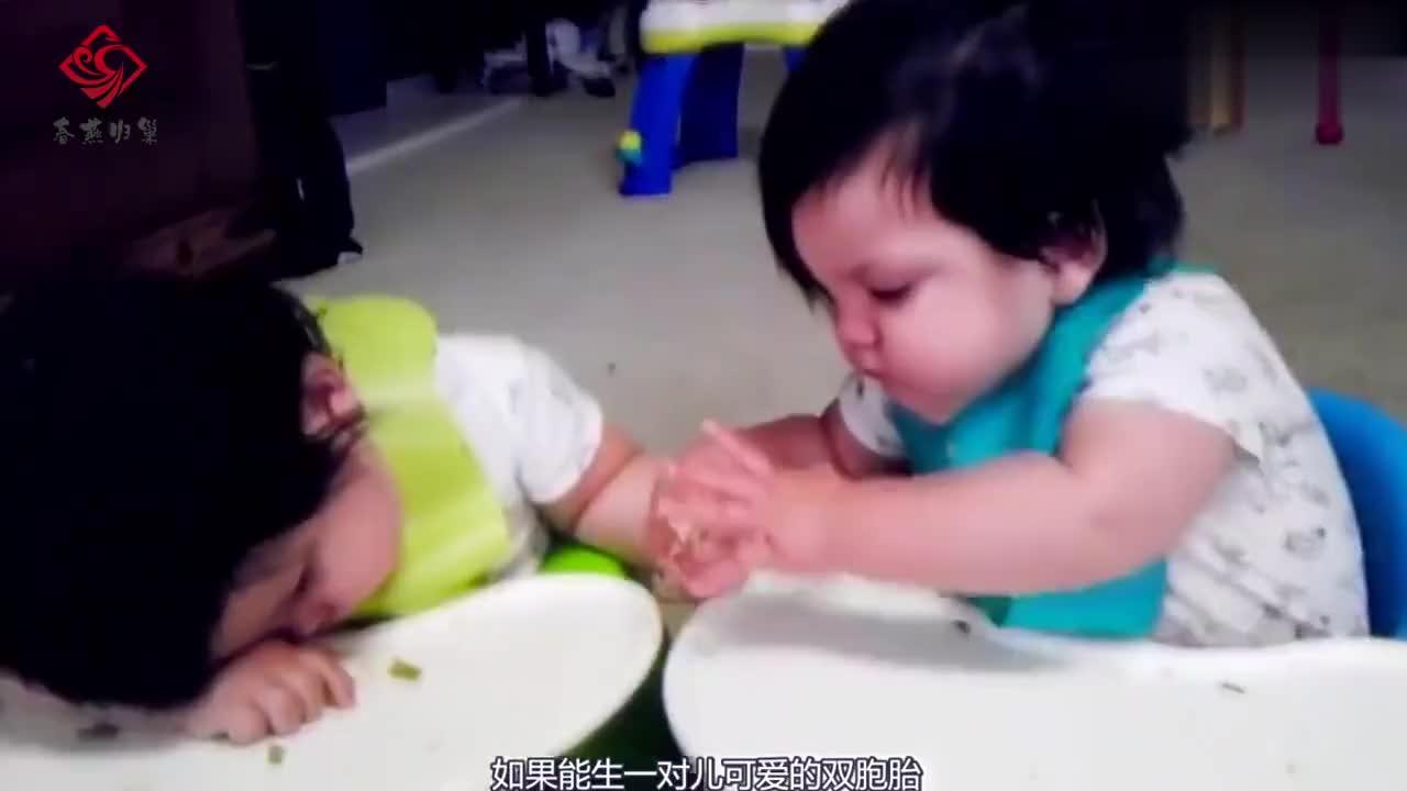双胞胎一起吃小脚丫,接下来哥哥的表现,爸妈要笑翻了