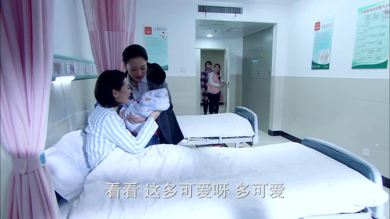 姐妹俩来到医院照顾产妇,见到伯母上前打招呼
