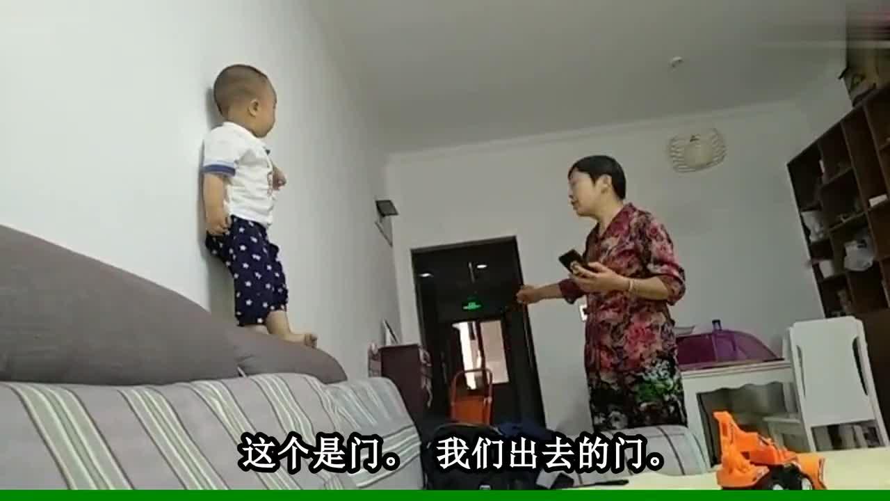 奶奶跟1岁孙子对话,场面太可爱了,爸爸在一旁笑喷了!