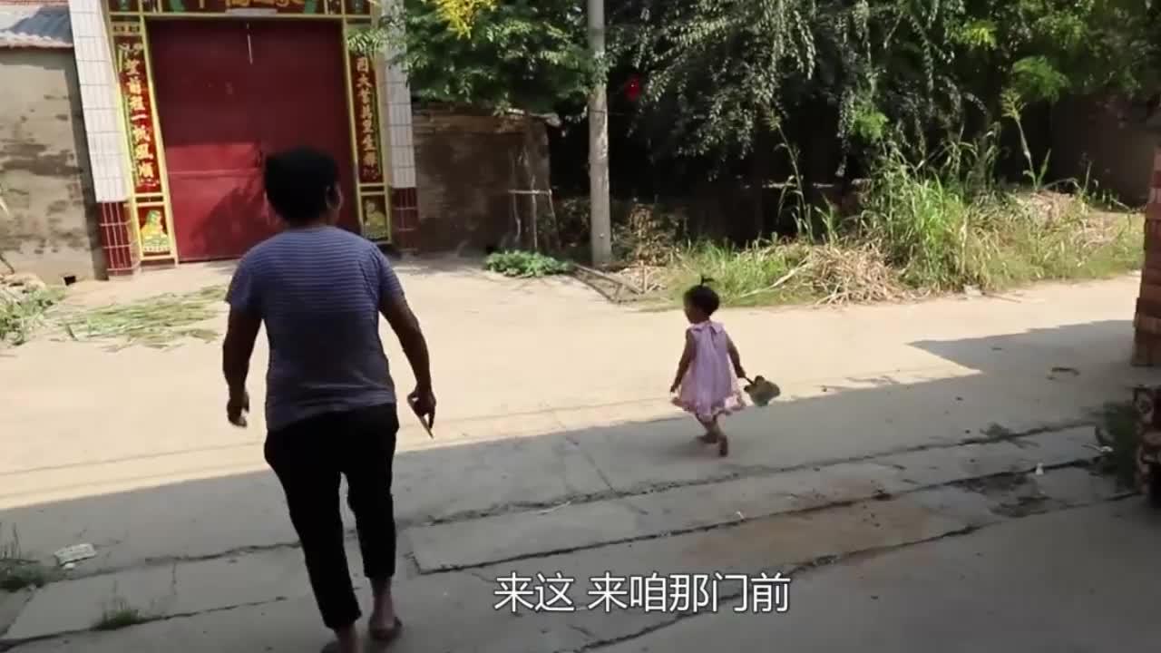 儿媳外出不在家,乐童跟着奶奶玩的真得发,把两老人逗得乐哈哈