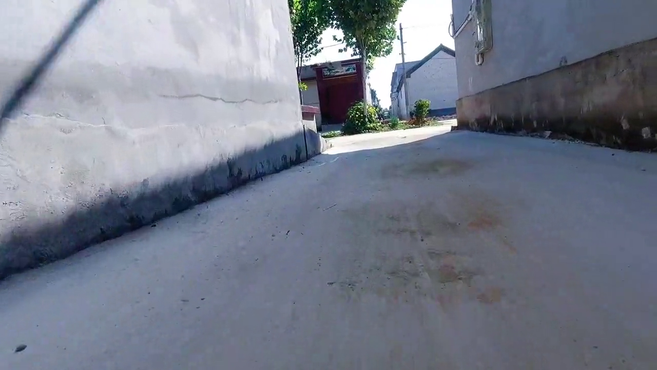 日常遛弯滑轮椅,带大家看看俺们村的水泥路的胡同,水泥路的大街