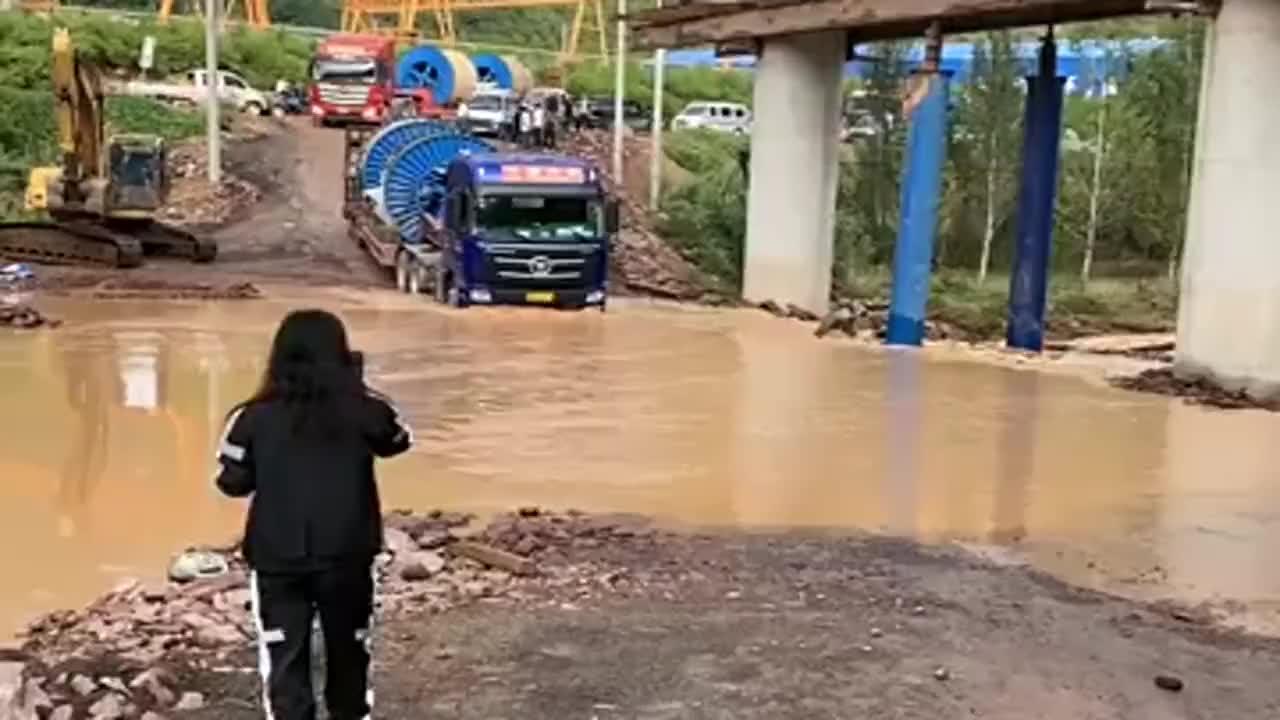 实拍:拉卷的大货车冒险过积水,开车的是老司机,一般人开不了!