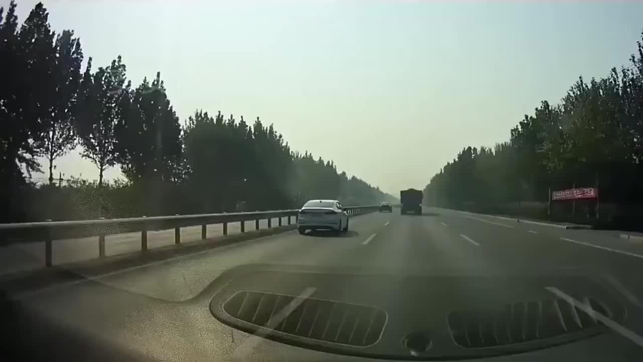 电动车横穿马路,大货车避让,瞬间爆胎侧翻