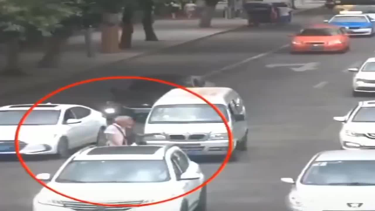 老人横穿马路,摩托车上演扫堂腿!
