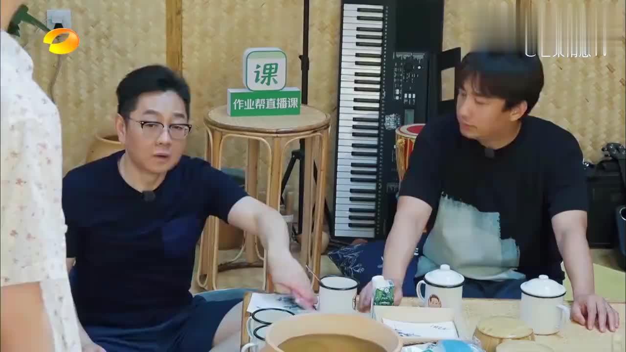 何炅对周深太好!让黄磊做他最喜欢的菜,反观毛不易立马变透明