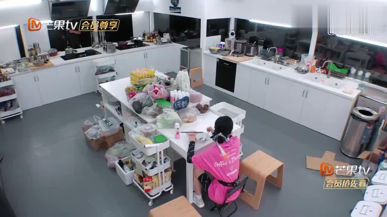 赵丽颖独自打扫厨房,地板扫得锃光瓦亮,摄像大哥都暴露了!