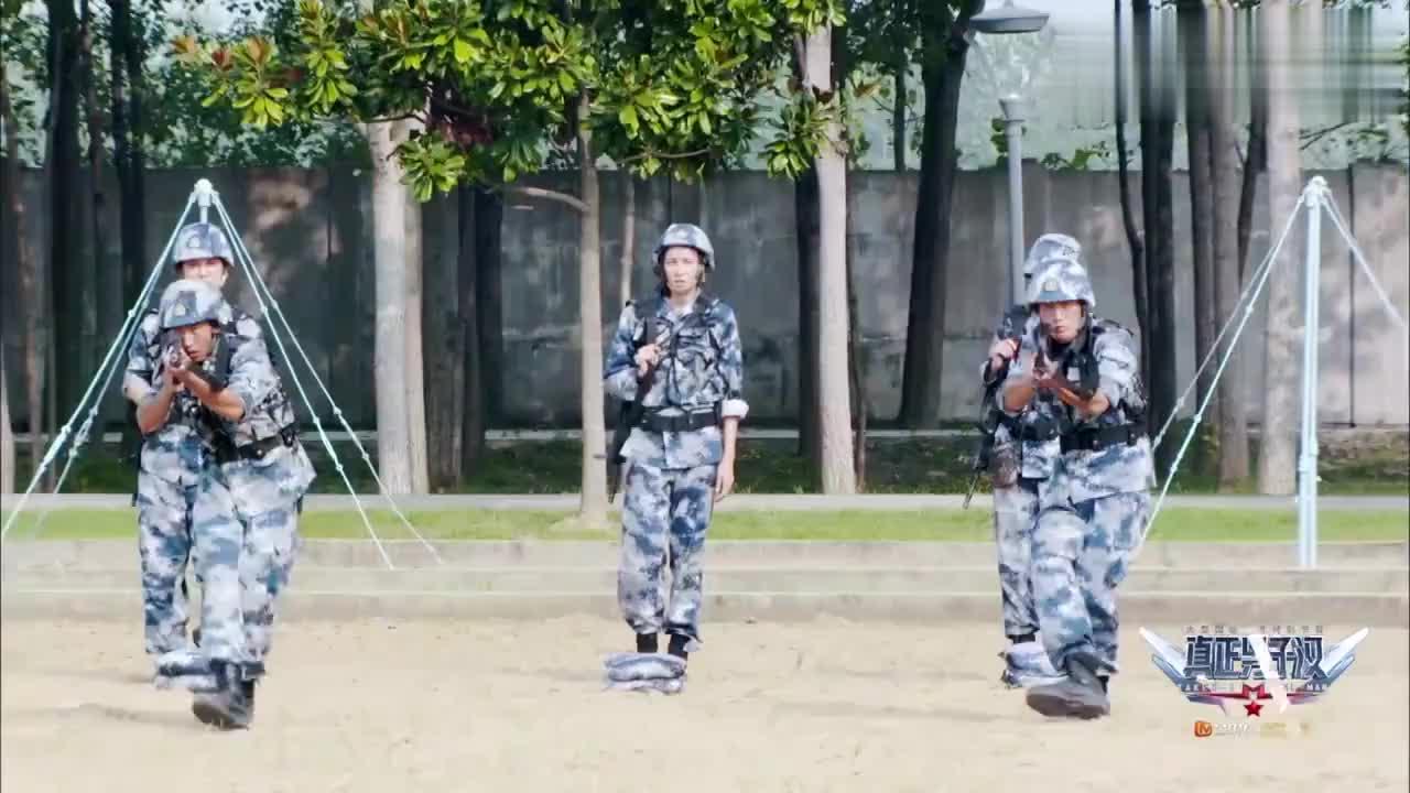 真正男子汉:班长实弹演习,站在杨幂面前用机枪扫射,杨幂被吓傻
