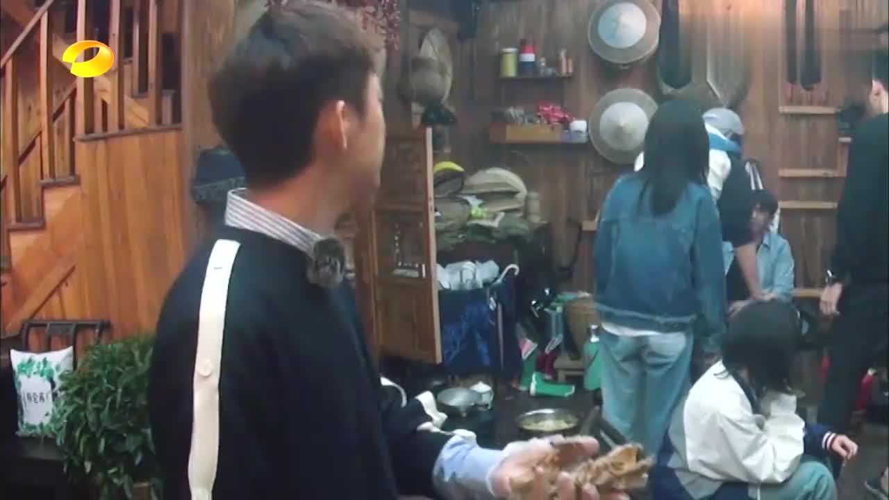 黄磊自制盐h鸡遭疯抢,王大陆连鸡架骨都要啃,吃的那叫一个香