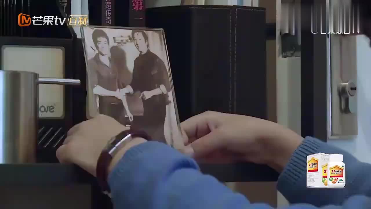 孙子拿出李小龙的照片,谁料旁边的男人,竟是自己的爷爷谢贤!