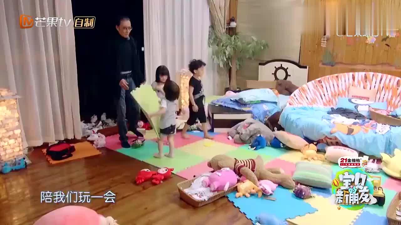 谢贤太喜欢自己的孙子了!没事拍几下小屁股,别提多幸福了!