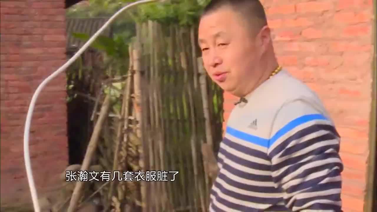 爸爸给张翰文洗衣服,知道他喜欢吃甜食,爸爸挨家挨户借糖