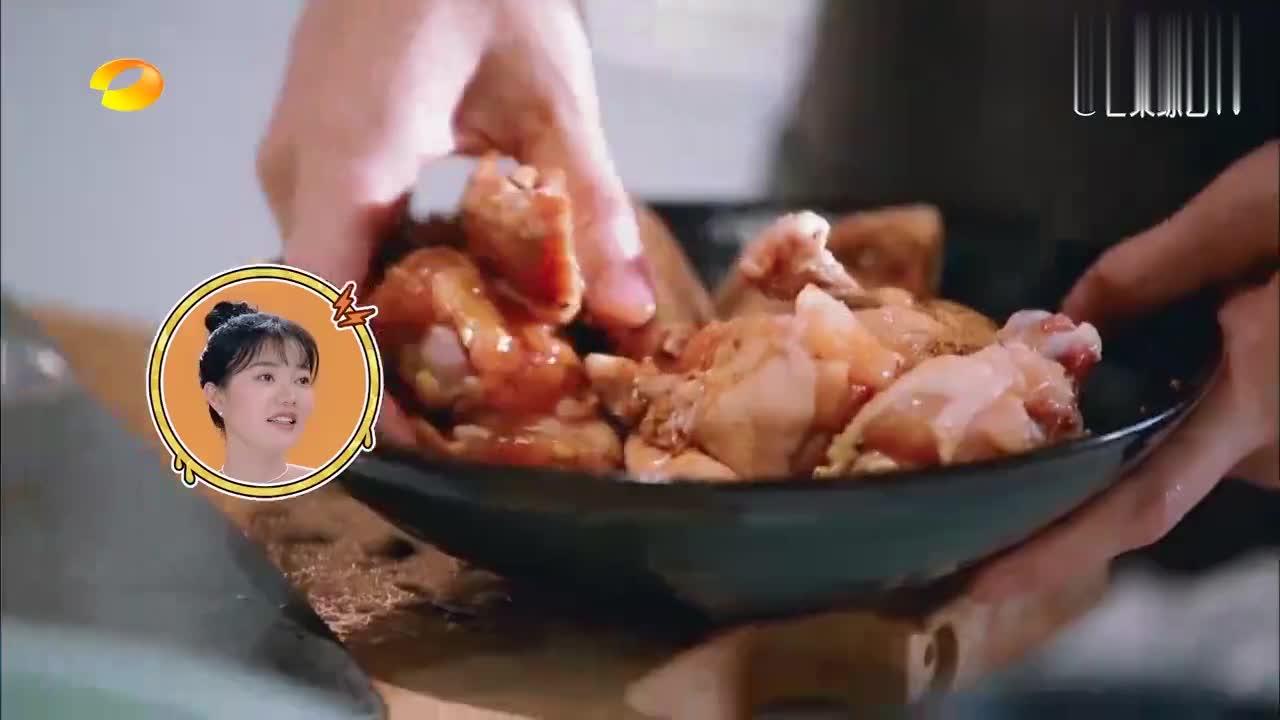 我家那小子:陈学冬做海鲜大餐,色香味俱全,包贝尔在一旁吞口水