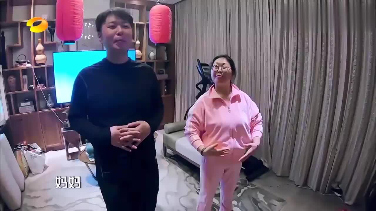 疫情期间,杜海涛妈妈在家冥想畅游大海,真是年纪越大玩得越嗨!