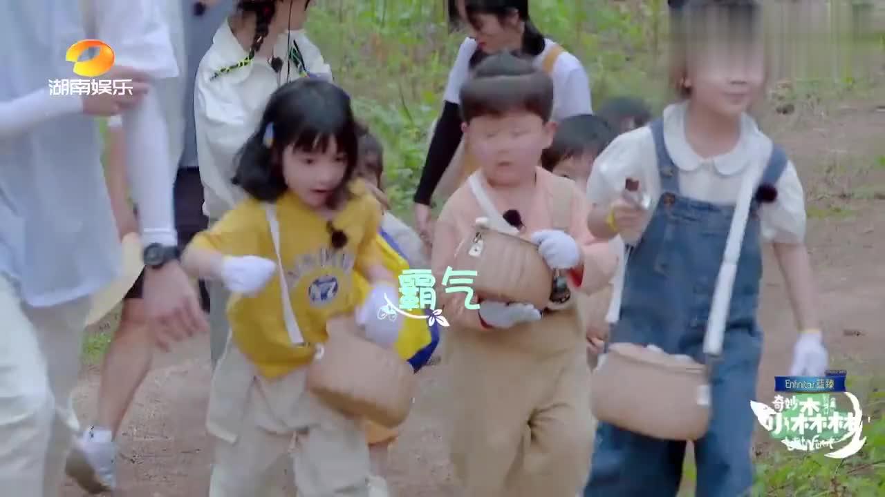 吴奇隆帮小男孩翻越障碍,喘气中透着疲惫,真是岁月不饶人啊!