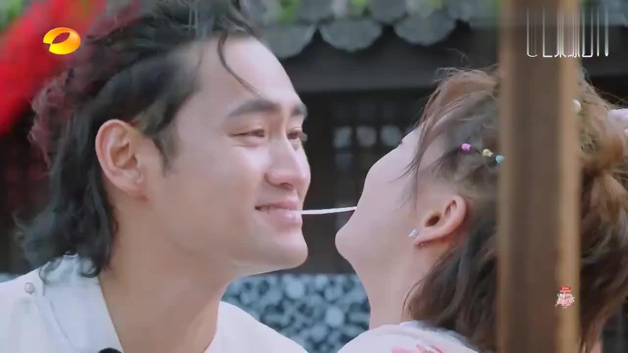 张歆艺和老公吃同心面,谁料中途忍不住笑场,直接喷了袁弘一脸!