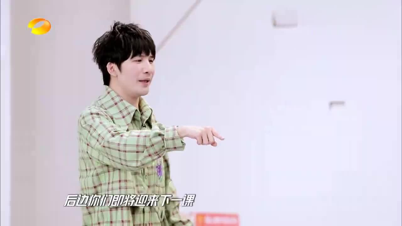 王一博偷看周艺轩跳舞,在小角落默默看着,像极了高中的班主任