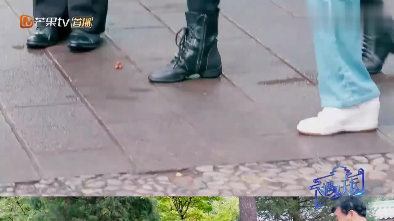 冯绍峰宁静学跳交谊舞,踩到舞伴左脚好尴尬!太搞笑了!