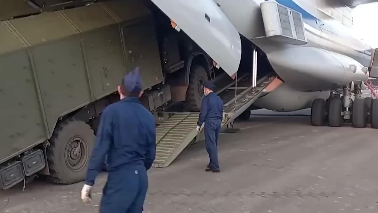 俄军再次出手,18架伊尔76集体护送维和部队,试图让纳卡地区停火