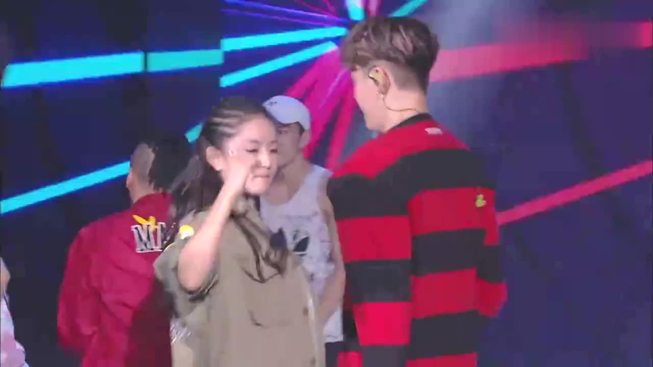 陈伟霆邀请谢娜去捧场,两人现场尬舞,谢娜的脏辫成最大亮点