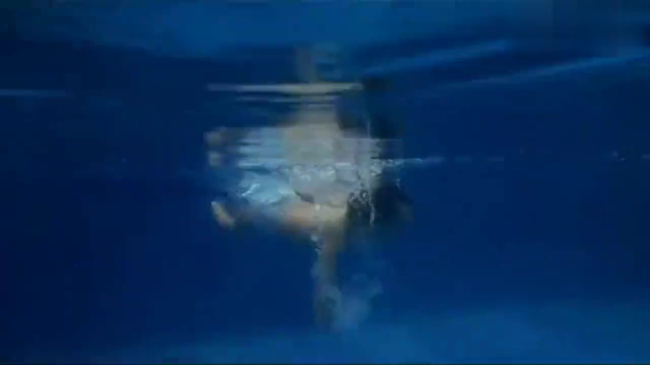 萌娃小宝宝下水游泳的样子,真的是太可爱了,居然还知道救人