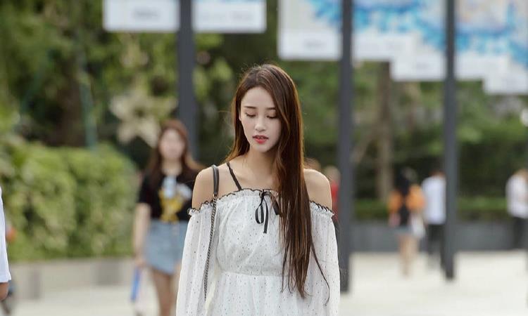 简单的白色露肩连衣裙,小清新风格,公主般的气质
