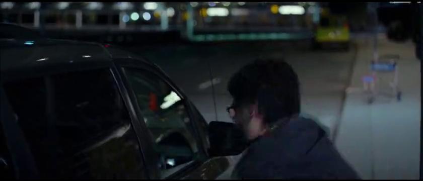 美女刚上车,立马大叫了起来,原来是因为小白鼠