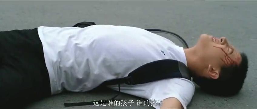 学生高考出车祸,被撞断手臂依然坚持考试,看着看着就哭了