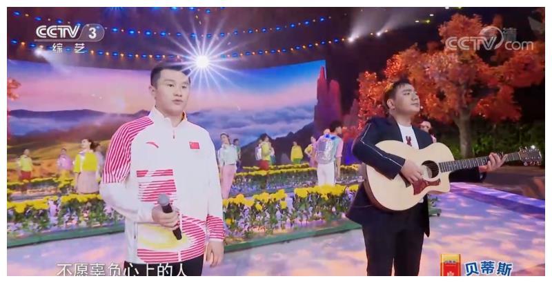 海来阿木与跳水世界冠军周吕鑫英雄爱英雄,登台央视共唱经典
